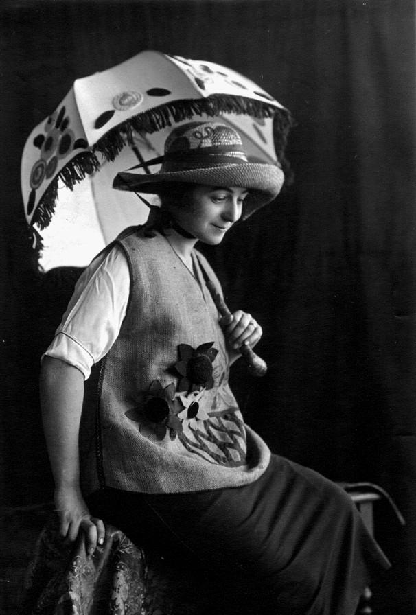Sonia Delaunay, ombrelle, gilet chapeau en rafia,  Madrid