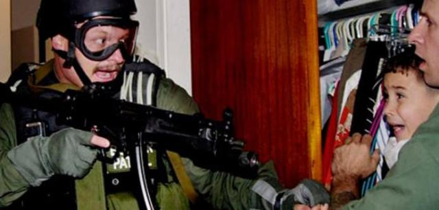 Elian-Gonzalez-held-by-Do-001