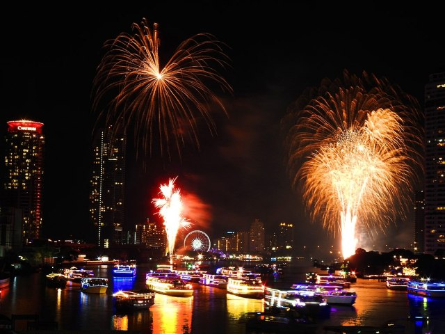 1024px-Fireworks_in_Bangkok_Thailand_2019_01